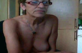 یک دختر نوجوان نشسته در وان حمام و fucks در بیدمشک او گروه تلگرام سوپر سکسی با dildo